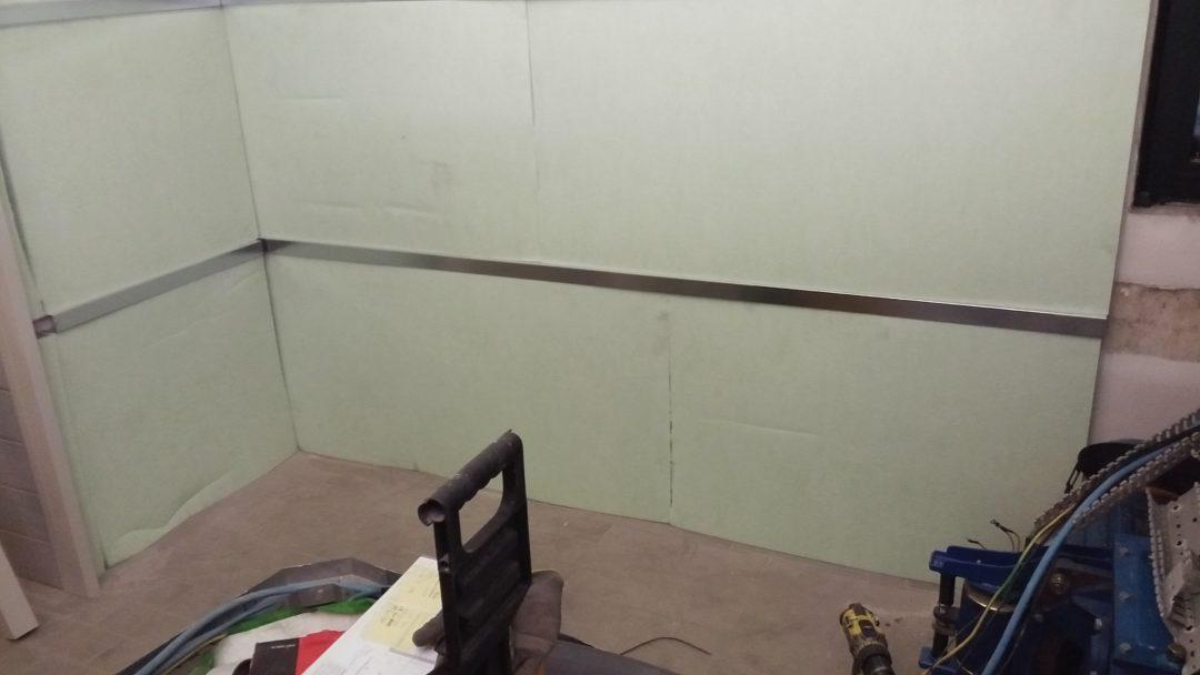 Isolamento acustico locale ascensore, prima fase fissaggio distanziali e fonoassorbente