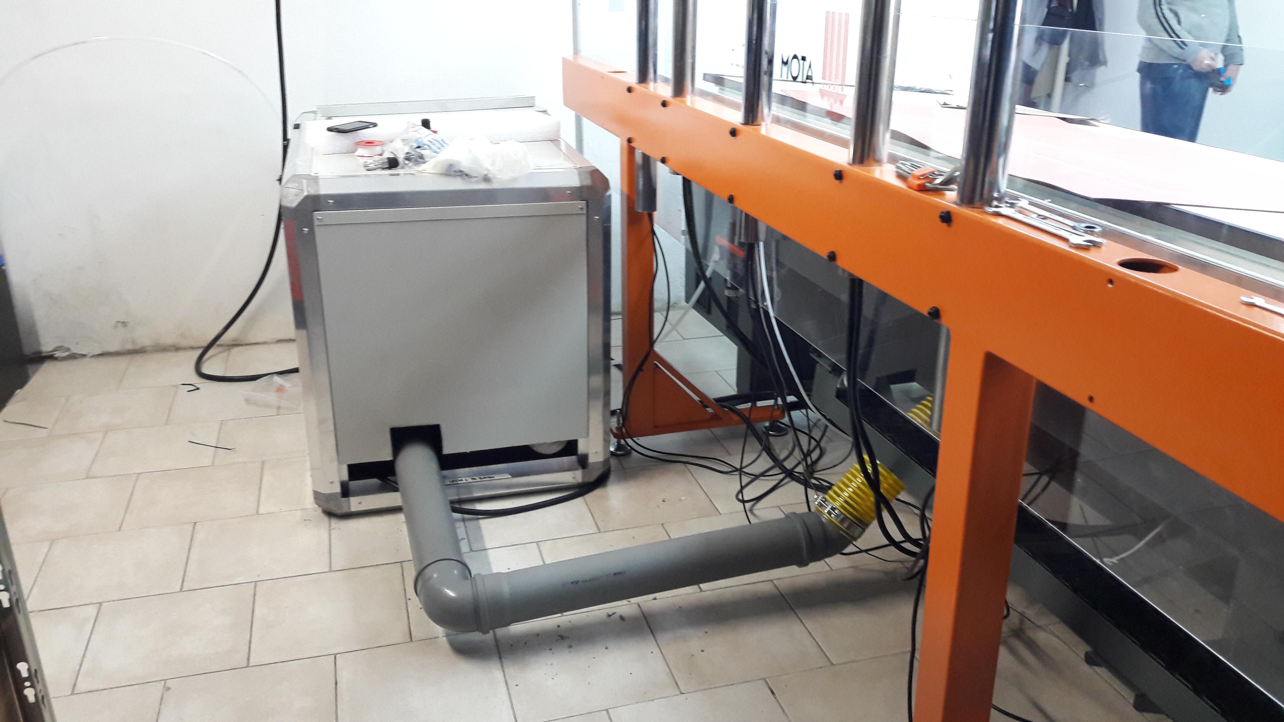 Cabina silente speciale per pomapa, vista uscita tubazioni